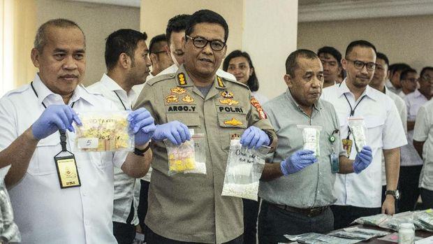 Kabid Humas Polda Metro Jaya Kombes Argo Yuwono dan jajaran kepolisian menunjukkan sejumlah barang bukti obat tanpa izin edar.