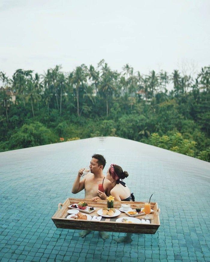 Pasangan Ringgo dan Sabai terlihat sedang menikmati sarapan di kolam renang. Romantis nggak nih? Foto: Instagram
