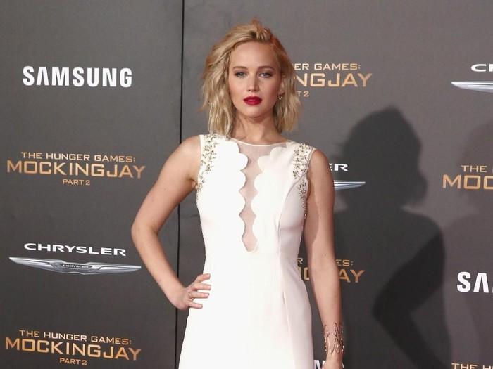 Bertunangan, Jennifer Lawrence pakai gaun putih simpel seharaga Rp 32 juta. (Foto: Dok. Getty Images)