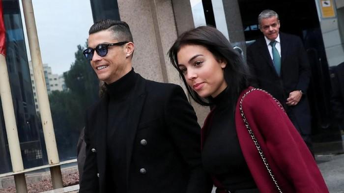 Cristiano Ronaldo bersama kekasihnya membuka klinik transplantasi rambut. (Foto: Susana Vera/Reuters)