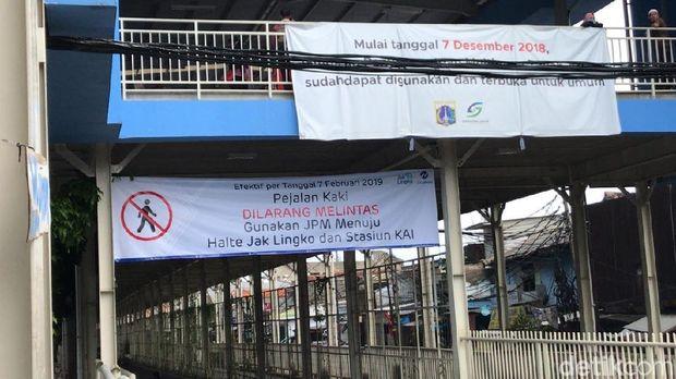 Petugas Arahkan Pejalan Kaki yang Masih Lewat di Jl Jatibaru ke Skybridge