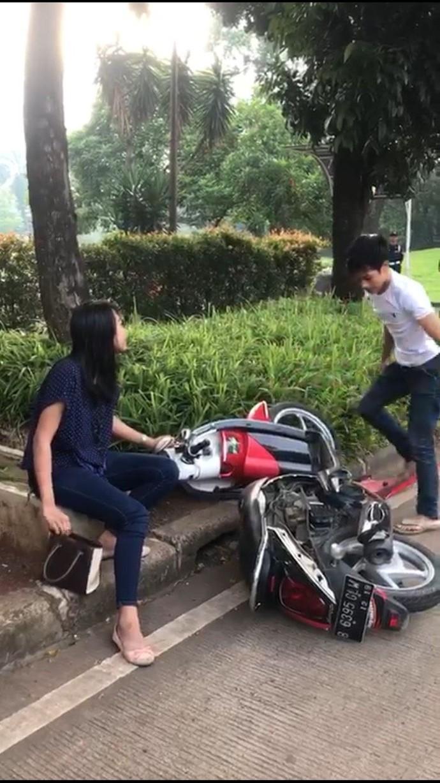 Kejadian bermula saat Adi bersama pacarnya mengendarai motor di kawasan BSD, Serpong, Tangerang Selatan, pukul 06.30 WIB tadi. Petugas yang melihat Adi tak memakai helm dan melawan arus kemudian menilang. Foto: Dok. Istimewa
