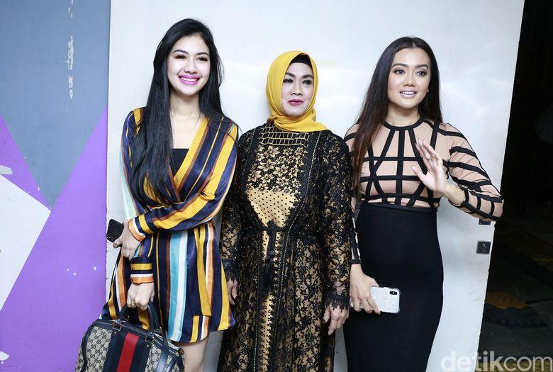 Della Perez bersama sang ibu dan kakaknya, Nia saat ditemui di studio Trans TV, Kapten Tendean, Jakarta Selatan pada Kamis (7/2).Pool/Palevi S/detikFoto.