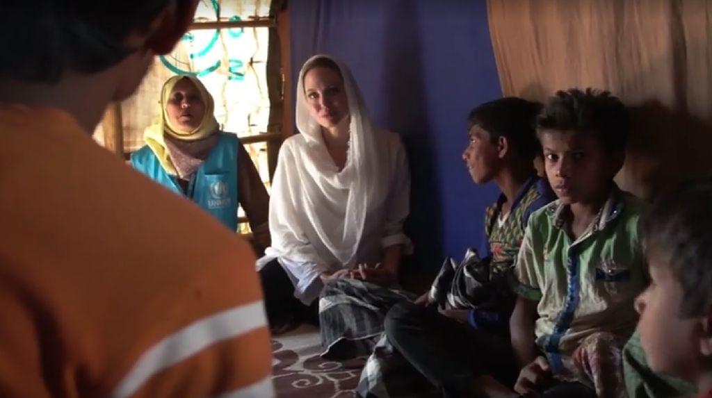 Cantiknya Angelina Jolie Berkerudung Tengok Pengungsi Rohingya