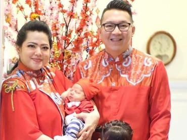 Meski masih bayi, Keenan yang lahir pada 25 Januari lalu juga mau ikutan foto ah. Personel keluarga presenter Magdalena lengkap deh. (Foto: Instagram/ @@magdaleenz)
