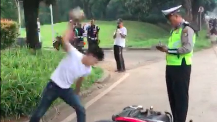 Harus bertindak seperti apa ketika menemukan orang yang mengamuk? Foto: Capture dari video Adi Saputra membanting motor karena tidak terima ditilang/Dok Istimewa