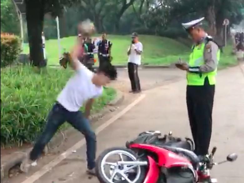 Foto: Capture dari video Adi Saputra membanting motor karena tidak terima ditilang/Dok Istimewa