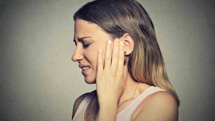 Ilustrasi wanita sakit telinga. Foto: dok. iStock
