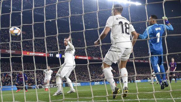 Sergio Ramos angkat tangan ketika Malcom menendang bola.