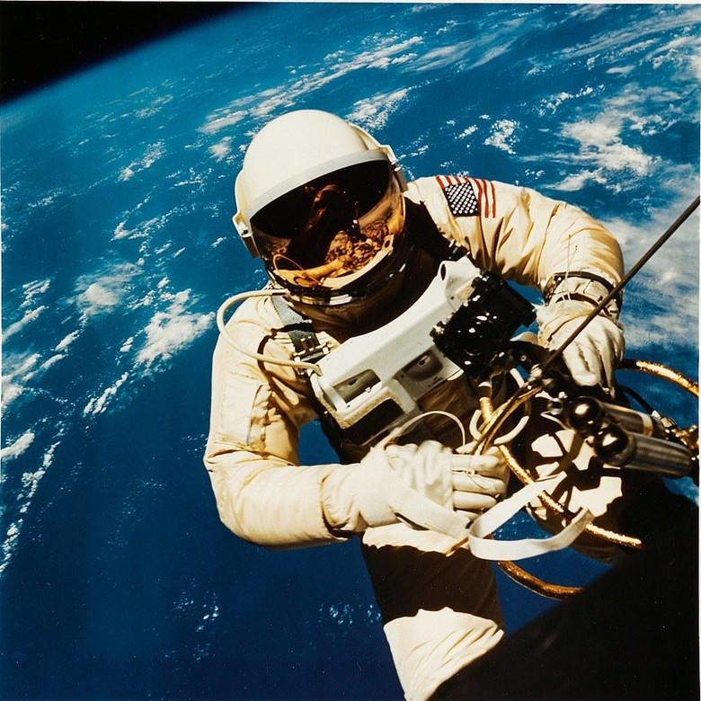Foto-foto bersejarah NASA dilelang di Swann Galleries di New York. Foto ini misalnya, menampakkan Astronaut Edward H. White sedang berada di antariksa pada tahun 1965. Foto: NASA