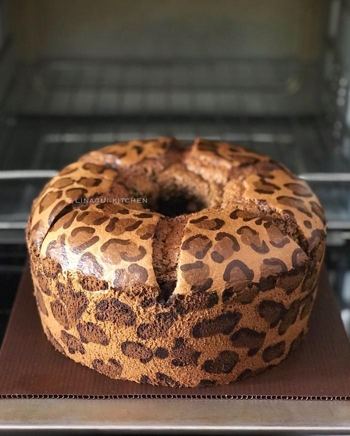 Leopard cake sebenarnya adalah jenis chiffon cake yang permukaannya dibuat belang-belang. Untuk membuat corak ini diperlukan adonan dengan warna yang bergradasi. Foto: Instagram