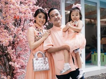 Penampilan Sarwendah, Ruben, dan Alia makin manis dengan pakai baju kembaran berwarna peach. (Foto: Instagram/ @sarwendah29)