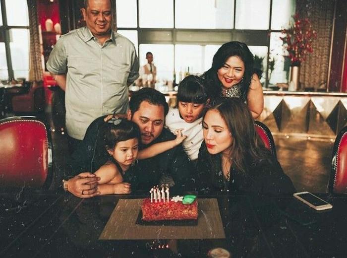 Merayakan 9 tahun pernikahan dengan sang suami. Begini gaya Paola saat meniup kue ulang tahun bersama keluarga. Foto: Instagram @paolatambunann