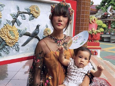 Menurut Bunda, gimana gaya Dominique Diyose bareng Baby Meru? (Foto: Instagram/ @dominiquediyose)