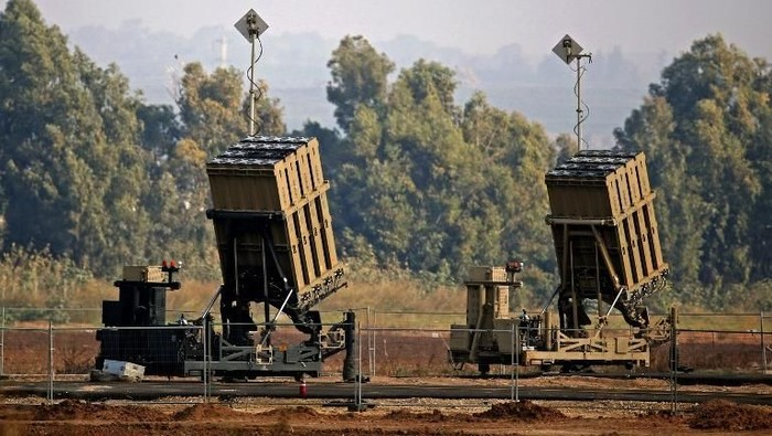 (FILES) This file photo taken on November 12, 2018 shows an Iron Dome defence system, designed to intercept and destroy incoming short-range rockets and artillery shells, in the southern Israeli town of Sderot. - The US Army said on February 6, 2019, it wants to purchase a limited number of Iron Dome short-range air defense systems, an interceptor technology developed by Israel with US support. (Photo by JACK GUEZ / AFP)