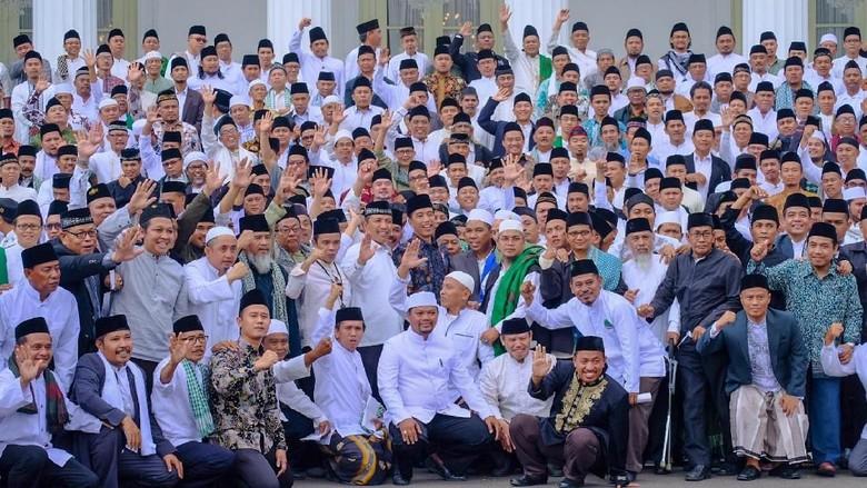 Kiai-Habaib Pose 1 Jari Saat Foto Bareng Jokowi, Pihak Istana Melarang