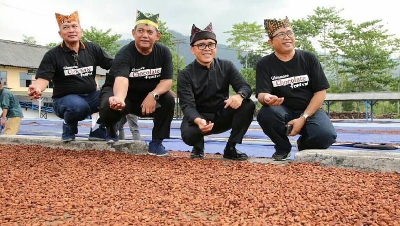 Foto: Bupati Banyuwangi Abdullah Azwar Anas (kedua dari kanan) (Ardian Fanani/detikTravel)