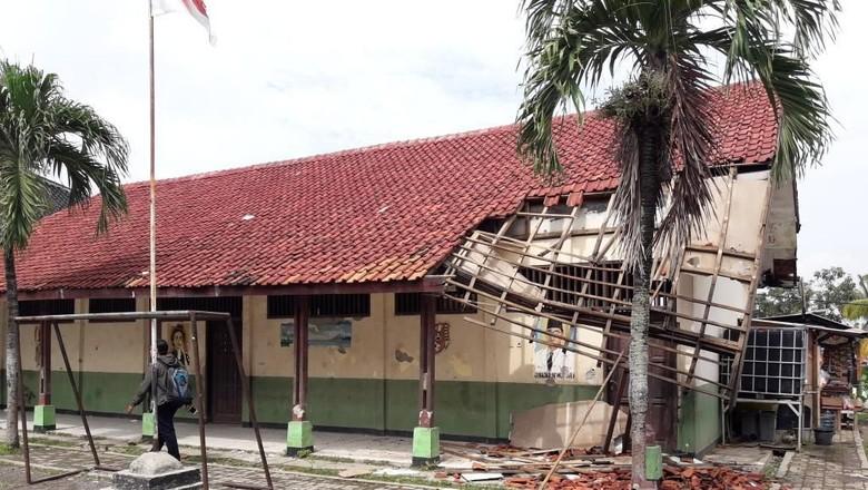 Atap Sekolah Runtuh, Siswa SD Cicau 01 Belajar di Kantor Desa