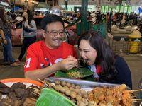 Romantisnya Djarot Saiful Hidayat dan Istri Saat Suap-suapan Nasi Gudeg di Jogja