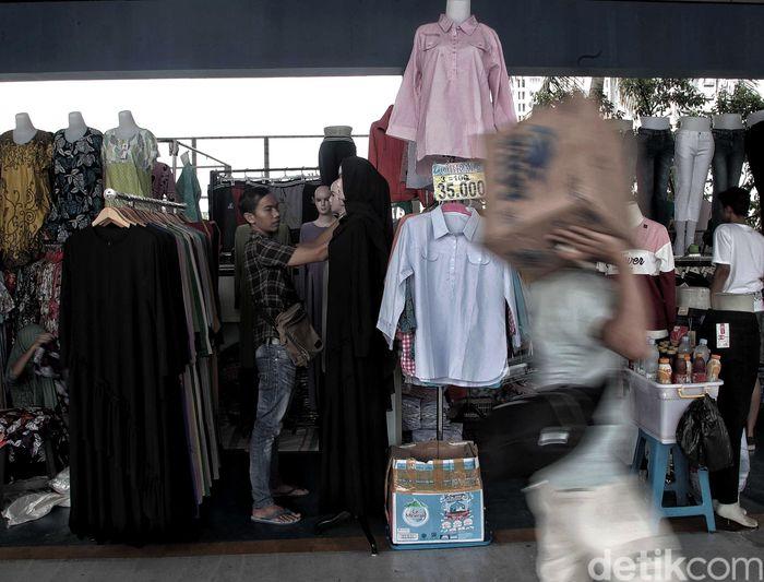 Kawasan Jembatan Penyeberangan Multiguna (JPM) atau Skybridge Tanah Abang mulai ramai diisi oleh para pedagang di tiap kiosnya, Jakarta, Kamis (7/2/2019).
