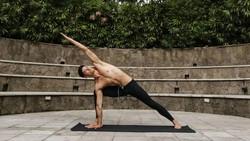 Sudah ganteng, pintar yoga pula. Hideo Muraoka, model sixpacks berdarah Brasil-Jepang yang diidolakan Lucinta Luna ini memang inspiratif.