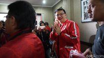 Momen Ahok Berjaket PDIP dan Pamer Kartu Anggota