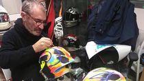 Melihat Pembuatan Helm Valentino Rossi, Dilukis Tangan!