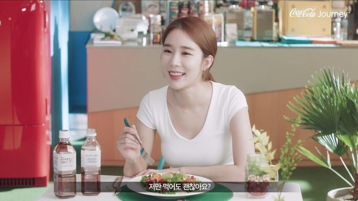 Membuat video iklan, Yoo In Na tampak menikmati makanan dengan dua botol minuman bersoda. Foto: Instagram@yooinna065