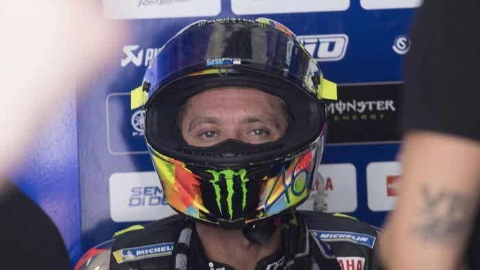 Valentino Rossi mengakui tak akan mampu menyaingi kecepatan Maverick Vinales di hari kedua tes MotoGP Sepang. Foto: Mirco Lazzari gp/Getty Images