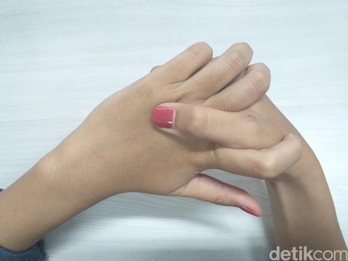 Terakhir, usap dan pijat ringan area punggung tangan. Memijat menggunakan ibu jari di titik ini dipercaya mampu menenangkan pikiran dan tubuh sehingga akan merasa rileks sebelum tidur. Foto: detikHealth