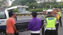 Ambulans Pecah Ban, Dirlantas Polda Metro Bantu Pindahkan Keranda