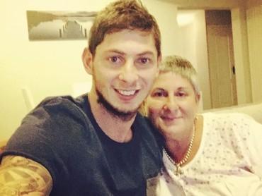 Dari beberapa posting-an Instagram miliknya, Sala suka selfie bareng ibunya nih, Bun. So sweet banget ya. (Foto: Instagram @emilianosala9)