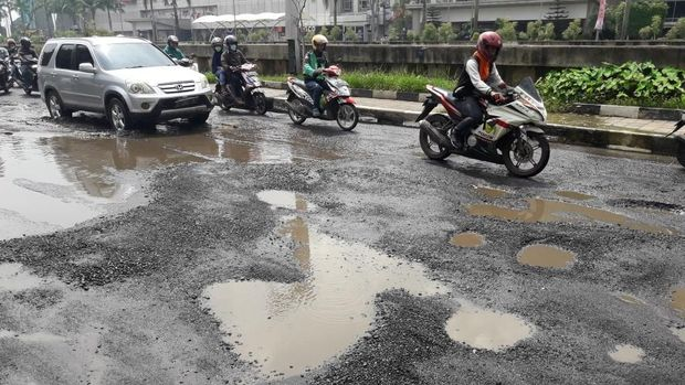 Pengendara harus memelankan kendaraannya ketika melintas di jalan itu.