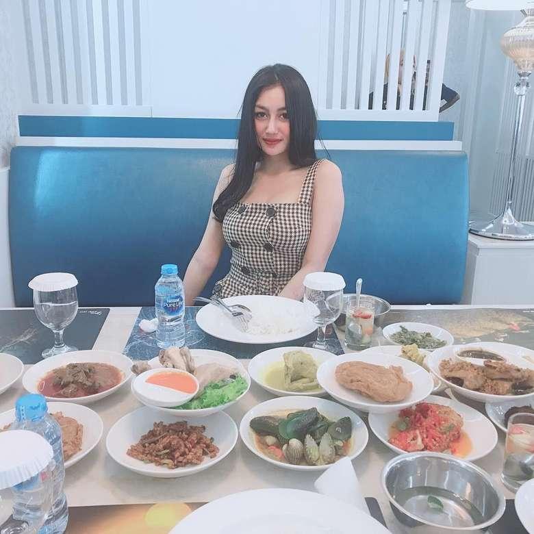 Ada kerang, ayam, hingga lauk lainnya yang jadi pilihan Pamela saat makan siang. Wah semuanya terlihat enak ya? Foto: Instagram @pamelaaasafitriduoserigala