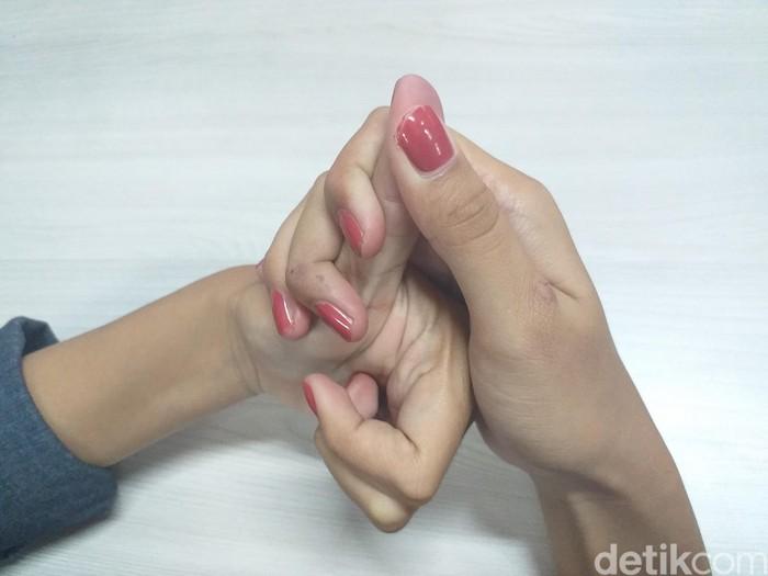 Gosok dan pijat permukaan ibu jari dan ulangi selama 3 kali. Gerakan ini dapat membantu merilekskan pikiran dan relaksasi. Foto: detikHealth