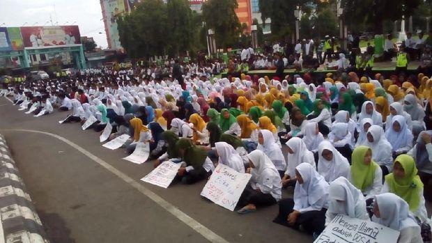 Aksi santri protes puisi Fadli Zon di Kudus.