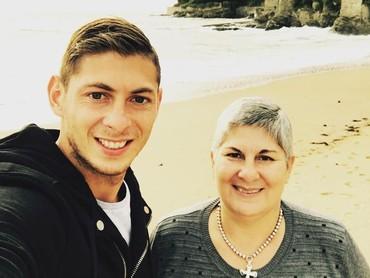 Kebersamaan Sala bersama sang ibu di pinggir pantai. Dalam unggahannya itu, Sala mengucapkan Terimakasih Ibu. (Foto: Instagram @emilianosala9)