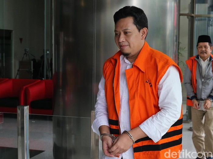 Bupati Cianjur nonaktif Irvan Rivano Muchtar memasuki gedung KPK untuk menjalani pemeriksaan di Jakarta, Jumat (8/2/2019). Irvano diperiksa terkait kasus dugaan korupsi Dana Alokasi Khusus (DAK) Bidang Pendidikan Kabupaten Cianjur tahun 2018.