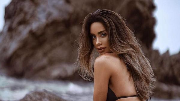 Dalam Instagramnya, dia bagikan momen memakai bikini sambil memamerkan perutnya yang datar. (sarahstage/Instagram)