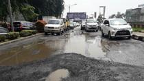 Diguyur Hujan Terus-terusan, Jalan di Kalimalang Rusak Parah