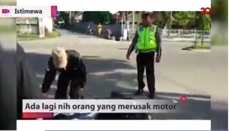 Pria banting motor karena kesal ditilang. Foto: Screenshot 20detik