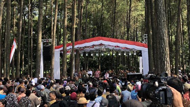 Presiden Jokowi saat membagikan surat pemanfaatan hutan sosial ke warga Cianjur.