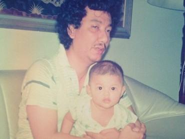 Anaknya yang lucu rupanya mirip Tsania Marwa saat kecil. Seperti potret ini, gemas ya melihat Tsania digendong sang ayah. (Foto: Instagram @tsaniamarwa54)