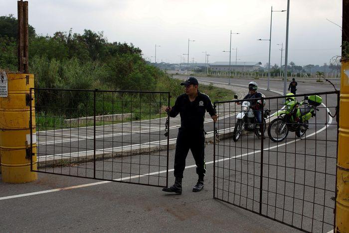 Petugas keamanan menutup jalan menuju jembatan lintas batas Tienditas antara Kolombia dan Venezuela, di Cucuta. Reuters/Marco Bello.