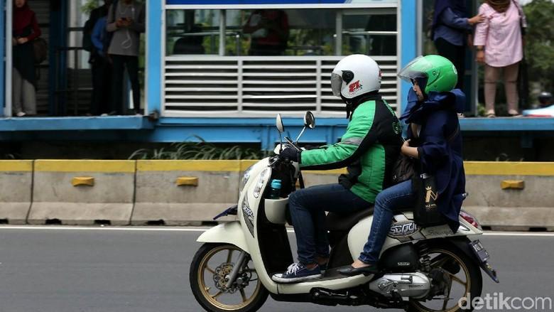 Drive ojek online tengah mengantar pengguna di Jakarta Foto: Agung Pambudhy