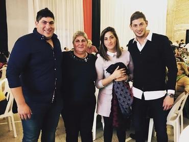 Formasi Komplit Keluarga Sala bersama Ibu, kedua kakaknya. Kompak ya, Bun. (Foto: Instagram @emilianosala9)