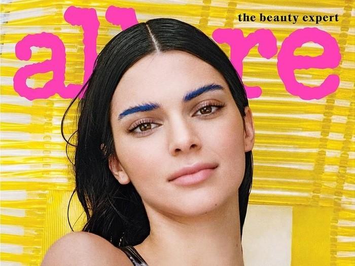 Kendall Jenner dengan alis biru. Foto: dok. Allure