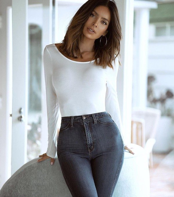 Namannya Sarah Stage, dia seorang model asal California yang viral karena perut six-packnya walau sudah punya dua anak. (sarahstage/Instagram)