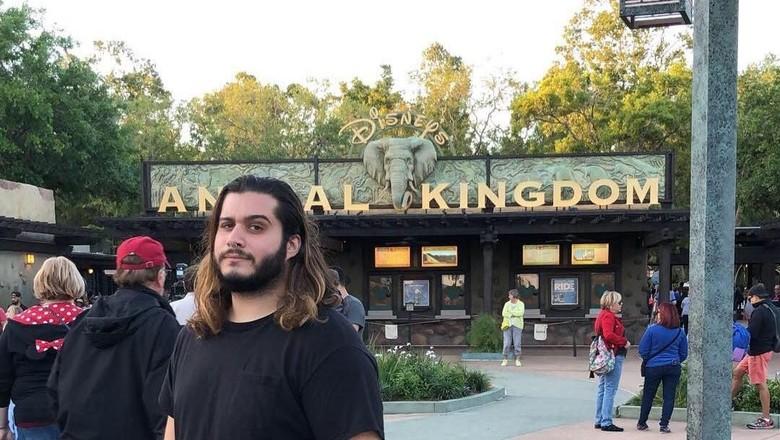 Turis berpose di depan tulisan Anal Kingdom (Instgram/Erik Lipton)