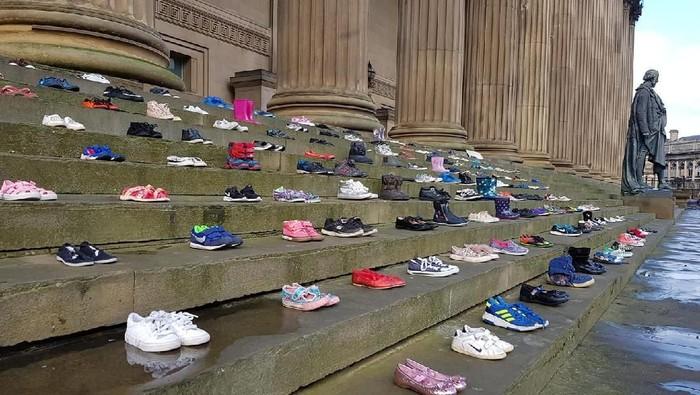 Kemana para pemilik sepatu ini? (Foto: Facebook/Chasing The Stigma)